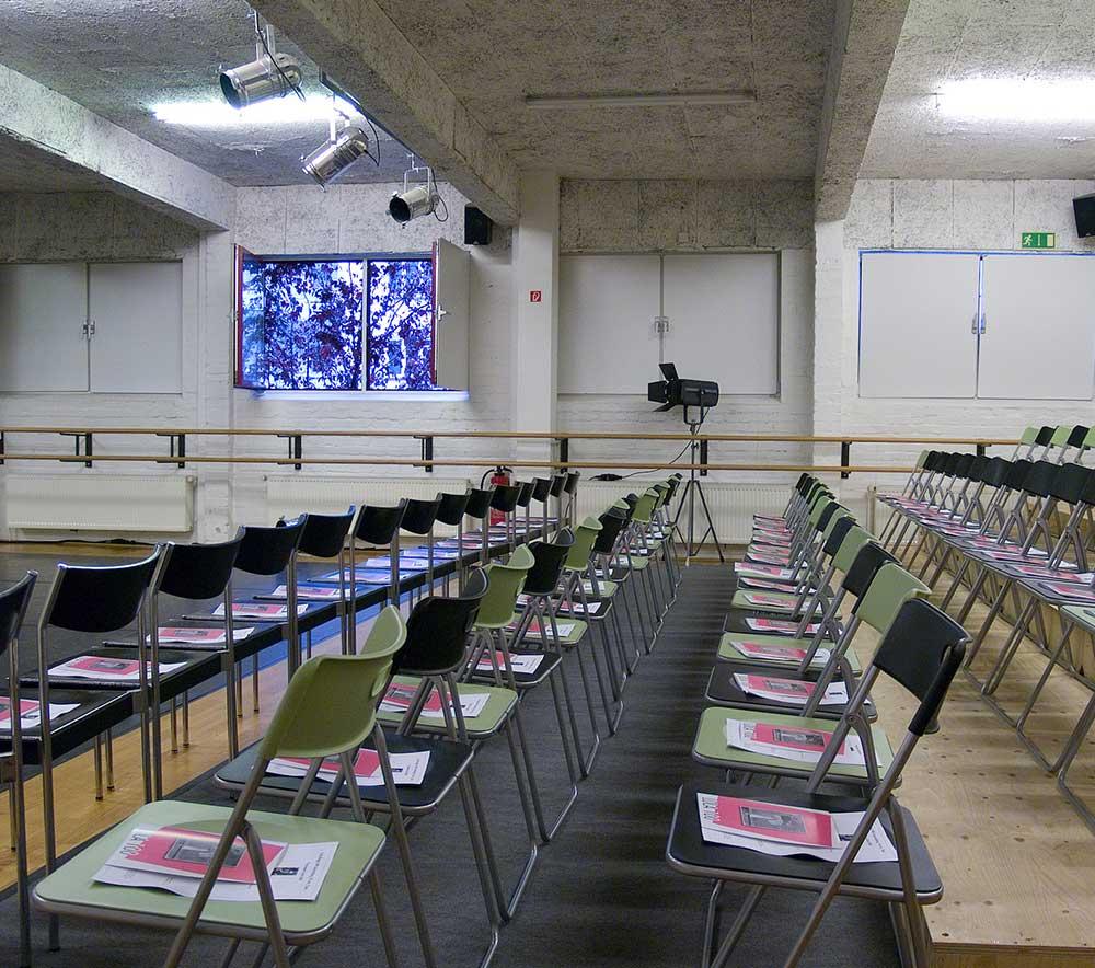 lolaroggeschule-kiebitzhof-performance-raum-stuehle
