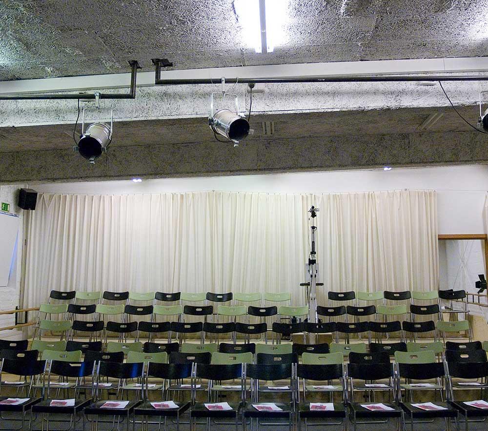 lolaroggeschule-kiebitzhof-performance-raum-stuehle2