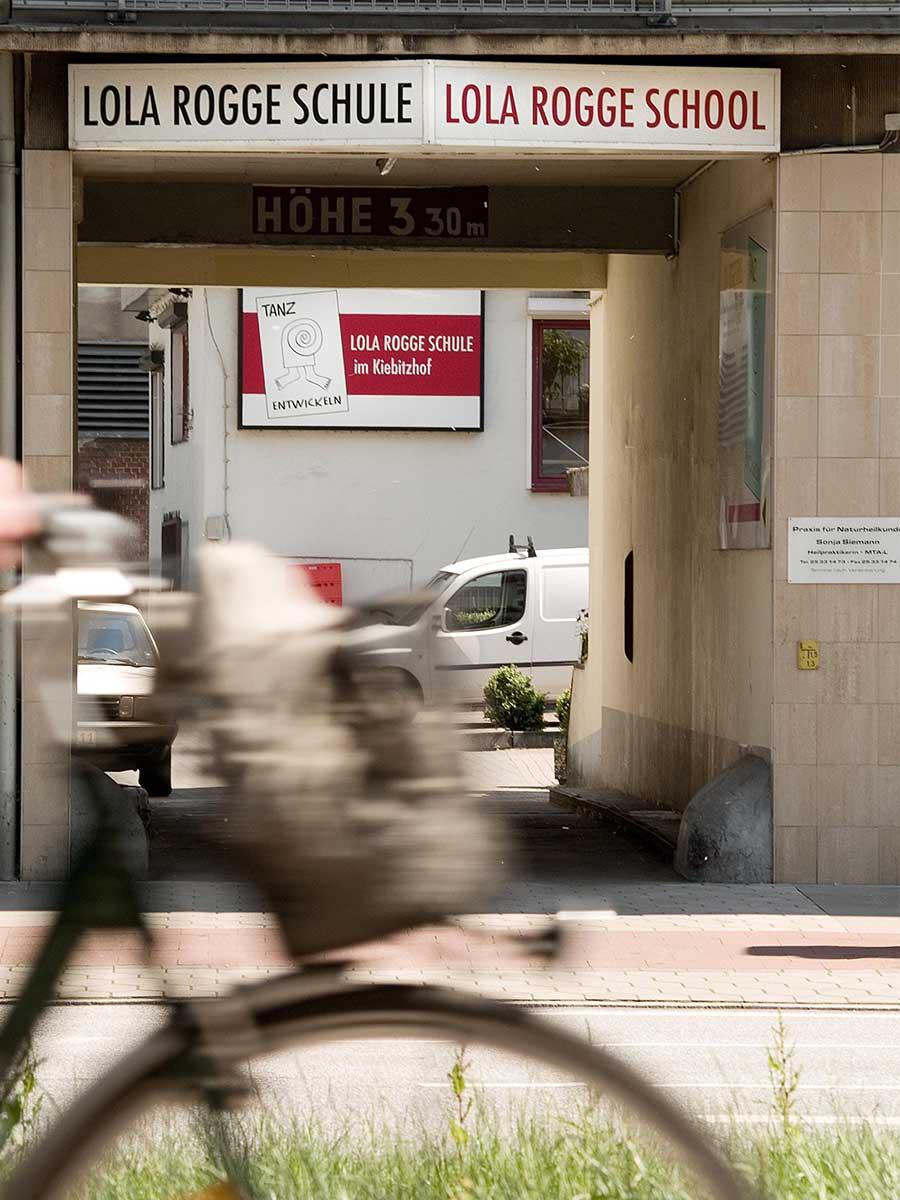 lolaroggeschule-kiebitzhof-toreinfahrt